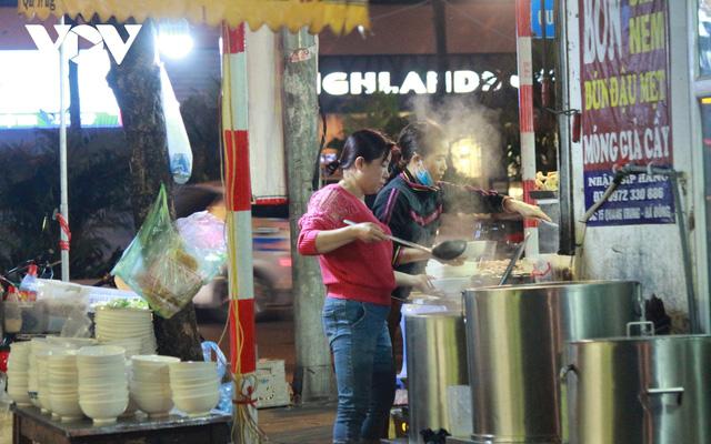 Nhiều quán ăn đường phố, trà đá vỉa hè ở Hà Nội vi phạm chỉ đạo chống dịch Covid-19 - Ảnh 2.