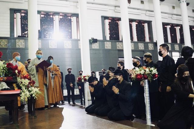 Bên trong lễ tang NSND Hoàng Dũng: Giới nghệ sĩ nghẹn ngào, mắt đỏ hoe trong giờ phút tiễn đưa linh cữu về nơi an nghỉ - Ảnh 2.