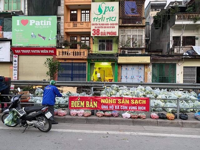 Người Hà Nội đội nắng, nườm nượp đến giải cứu nông sản cho nông dân Hải Dương: 15 tấn rau bán hết veo trong vòng vài tiếng - Ảnh 1.
