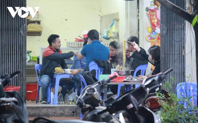 Nhiều quán ăn đường phố, trà đá vỉa hè ở Hà Nội vi phạm chỉ đạo chống dịch Covid-19 - Ảnh 11.