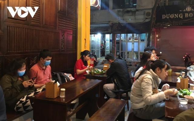 Nhiều quán ăn đường phố, trà đá vỉa hè ở Hà Nội vi phạm chỉ đạo chống dịch Covid-19 - Ảnh 12.