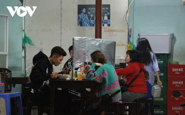 Nhiều quán ăn đường phố, trà đá vỉa hè ở Hà Nội vi phạm chỉ đạo chống dịch Covid-19 - Ảnh 13.
