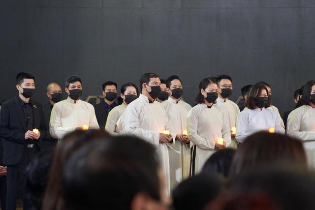 Bên trong lễ tang NSND Hoàng Dũng: Giới nghệ sĩ nghẹn ngào, mắt đỏ hoe trong giờ phút tiễn đưa linh cữu về nơi an nghỉ - Ảnh 13.