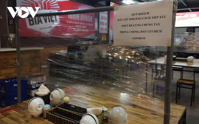 Nhiều quán ăn đường phố, trà đá vỉa hè ở Hà Nội vi phạm chỉ đạo chống dịch Covid-19 - Ảnh 14.