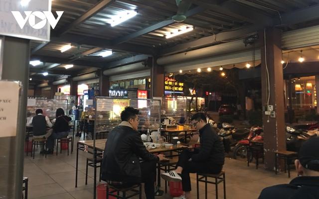 Nhiều quán ăn đường phố, trà đá vỉa hè ở Hà Nội vi phạm chỉ đạo chống dịch Covid-19 - Ảnh 15.