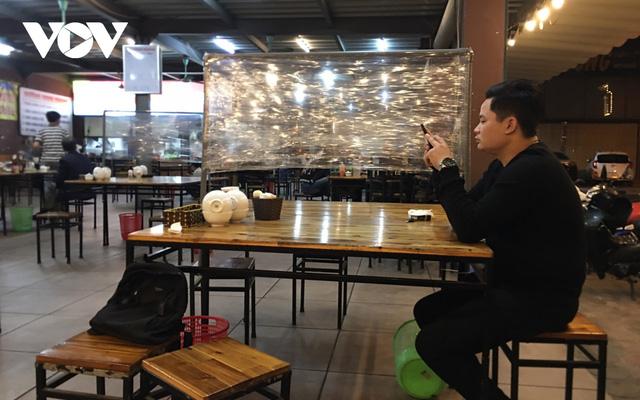 Nhiều quán ăn đường phố, trà đá vỉa hè ở Hà Nội vi phạm chỉ đạo chống dịch Covid-19 - Ảnh 16.
