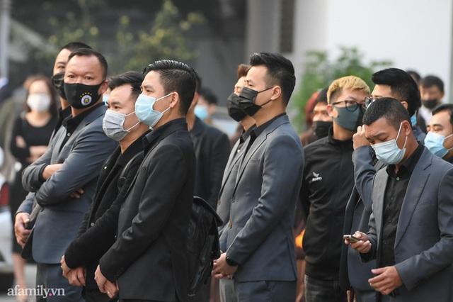 Tang lễ NSND Hoàng Dũng: Các nghệ sĩ Việt có mặt từ sớm để tiễn đưa cố nghệ sĩ lần cuối - Ảnh 17.