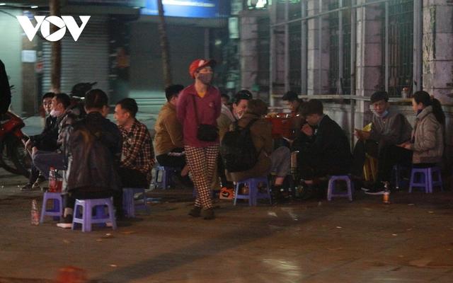 Nhiều quán ăn đường phố, trà đá vỉa hè ở Hà Nội vi phạm chỉ đạo chống dịch Covid-19 - Ảnh 3.