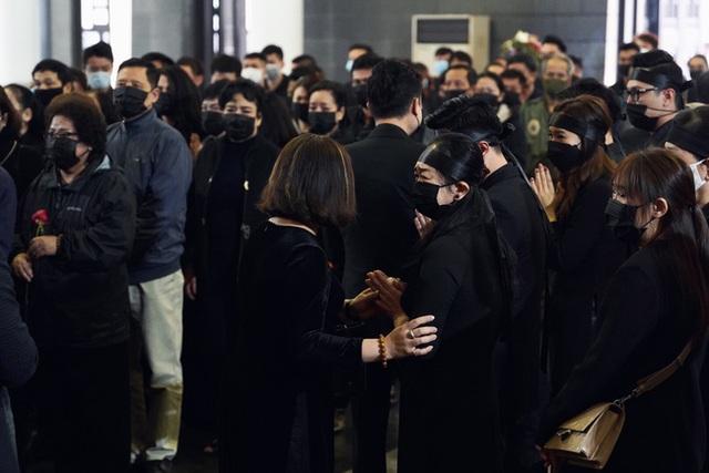 Bên trong lễ tang NSND Hoàng Dũng: Giới nghệ sĩ nghẹn ngào, mắt đỏ hoe trong giờ phút tiễn đưa linh cữu về nơi an nghỉ - Ảnh 3.