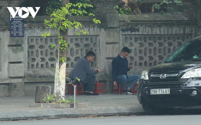 Nhiều quán ăn đường phố, trà đá vỉa hè ở Hà Nội vi phạm chỉ đạo chống dịch Covid-19 - Ảnh 4.