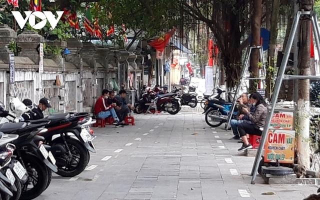 Nhiều quán ăn đường phố, trà đá vỉa hè ở Hà Nội vi phạm chỉ đạo chống dịch Covid-19 - Ảnh 5.