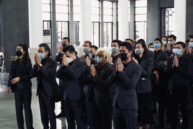 Bên trong lễ tang NSND Hoàng Dũng: Giới nghệ sĩ nghẹn ngào, mắt đỏ hoe trong giờ phút tiễn đưa linh cữu về nơi an nghỉ - Ảnh 5.