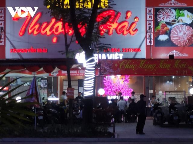Nhiều quán ăn đường phố, trà đá vỉa hè ở Hà Nội vi phạm chỉ đạo chống dịch Covid-19 - Ảnh 6.