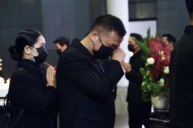 Bên trong lễ tang NSND Hoàng Dũng: Giới nghệ sĩ nghẹn ngào, mắt đỏ hoe trong giờ phút tiễn đưa linh cữu về nơi an nghỉ - Ảnh 6.