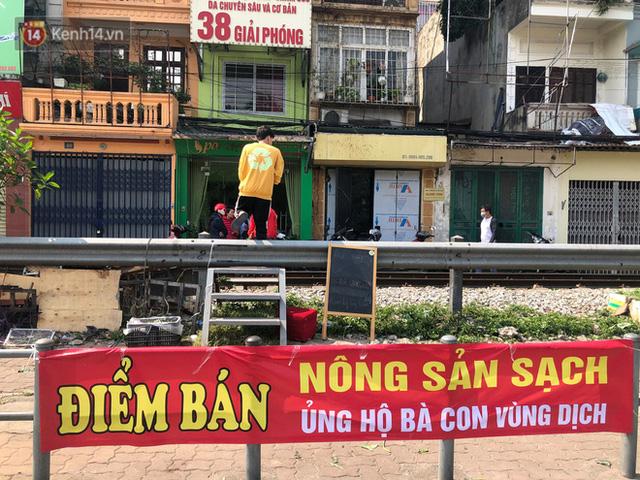 Người Hà Nội đội nắng, nườm nượp đến giải cứu nông sản cho nông dân Hải Dương: 15 tấn rau bán hết veo trong vòng vài tiếng - Ảnh 6.