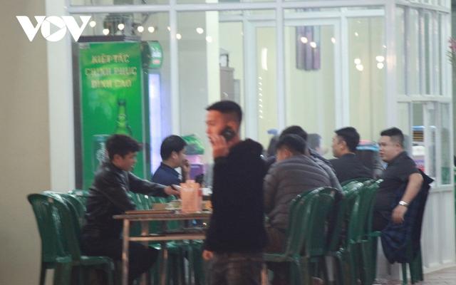 Nhiều quán ăn đường phố, trà đá vỉa hè ở Hà Nội vi phạm chỉ đạo chống dịch Covid-19 - Ảnh 7.