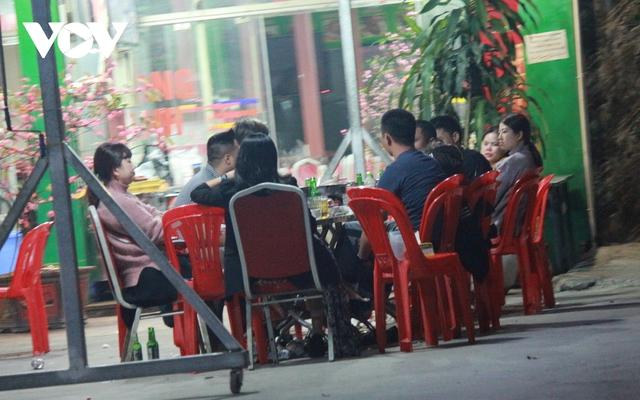 Nhiều quán ăn đường phố, trà đá vỉa hè ở Hà Nội vi phạm chỉ đạo chống dịch Covid-19 - Ảnh 8.