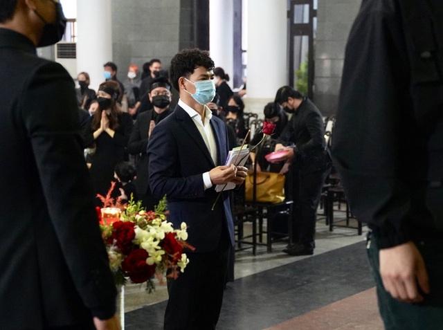 Bên trong lễ tang NSND Hoàng Dũng: Giới nghệ sĩ nghẹn ngào, mắt đỏ hoe trong giờ phút tiễn đưa linh cữu về nơi an nghỉ - Ảnh 8.