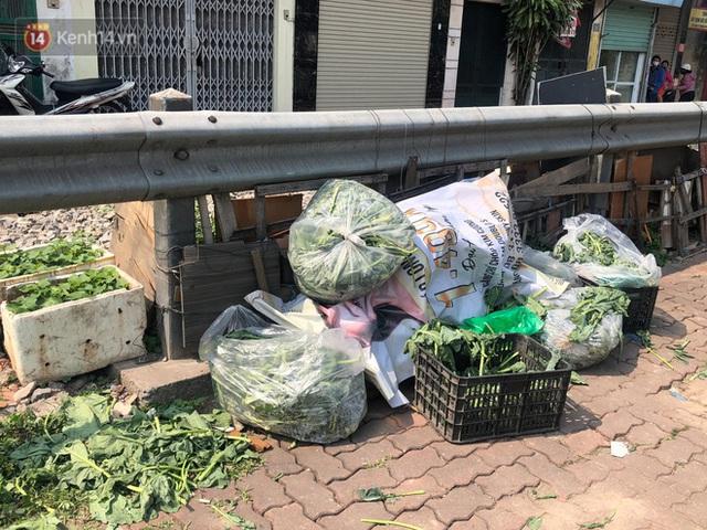 Người Hà Nội đội nắng, nườm nượp đến giải cứu nông sản cho nông dân Hải Dương: 15 tấn rau bán hết veo trong vòng vài tiếng - Ảnh 8.