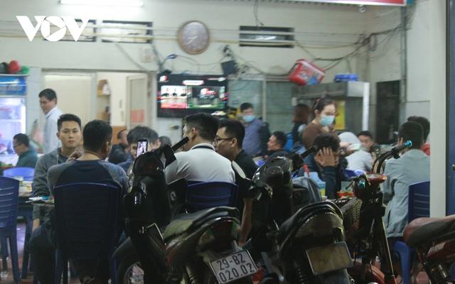 Nhiều quán ăn đường phố, trà đá vỉa hè ở Hà Nội vi phạm chỉ đạo chống dịch Covid-19 - Ảnh 9.