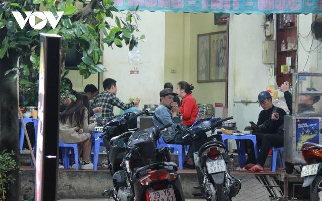 Nhiều quán ăn đường phố, trà đá vỉa hè ở Hà Nội vi phạm chỉ đạo chống dịch Covid-19 - Ảnh 10.