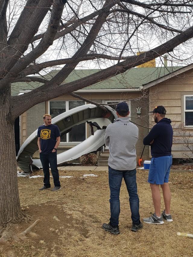 Mảnh động cơ máy bay Boeing 777 rơi trúng khu nhà dân, phép màu khi không ai bị thương - Ảnh 1.