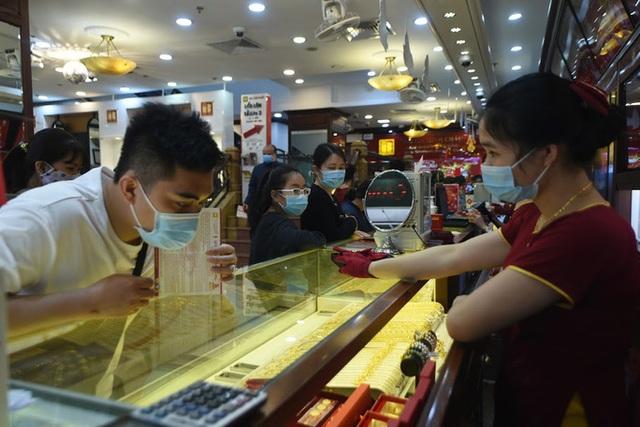 Trước ngày Thần Tài, một người bán 130 cây vàng thu về hơn 7,2 tỉ đồng  - Ảnh 2.