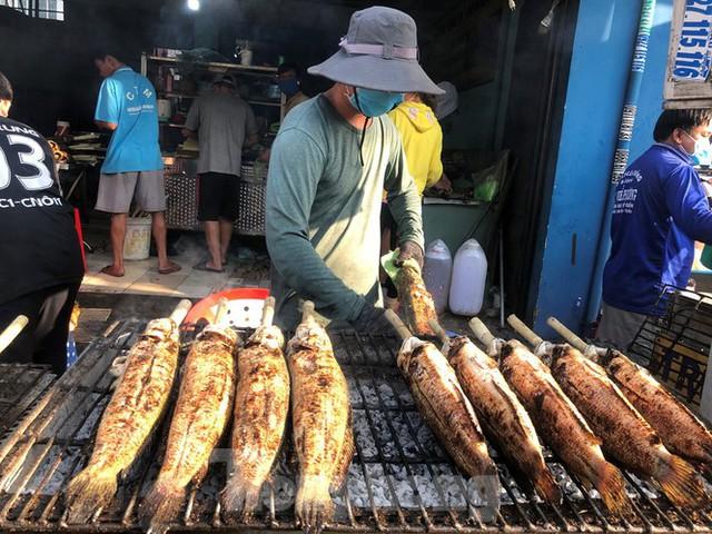 Phố cá lóc nướng ở TPHCM cháy hàng ngày vía Thần tài - Ảnh 1.