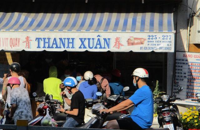Heo quay 450.000 đồng/kg, khách tranh nhau mua cúng Thần Tài  - Ảnh 1.