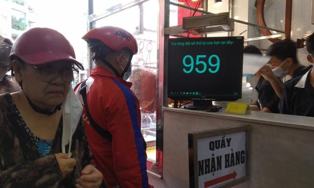 Heo quay 450.000 đồng/kg, khách tranh nhau mua cúng Thần Tài  - Ảnh 2.
