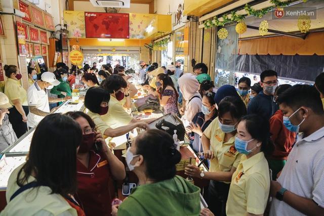 Người Sài Gòn ùn ùn đi mua vàng ngày vía Thần tài, có người mua cả 2 cây vàng lấy may mắn - Ảnh 1.