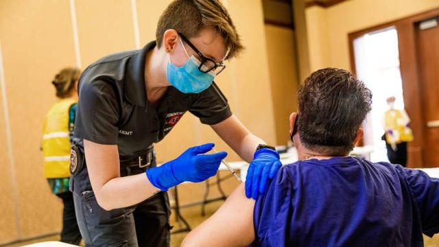 Gần 1 nửa dân số Israel tiêm vắc-xin Pfizer-BioNTech: Ngăn ngừa tử vong do COVID-19 hiệu quả tới 99% - Ảnh 1.