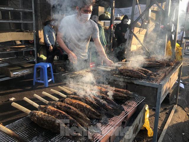 Phố cá lóc nướng ở TPHCM cháy hàng ngày vía Thần tài - Ảnh 11.