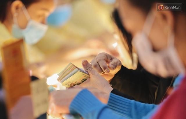 Người Sài Gòn ùn ùn đi mua vàng ngày vía Thần tài, có người mua cả 2 cây vàng lấy may mắn - Ảnh 11.