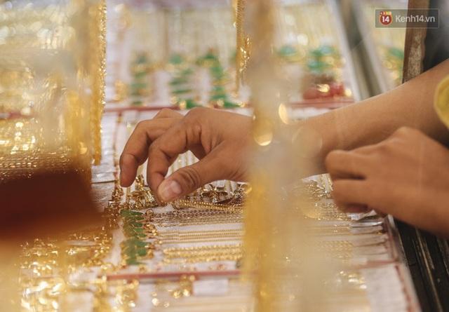 Người Sài Gòn ùn ùn đi mua vàng ngày vía Thần tài, có người mua cả 2 cây vàng lấy may mắn - Ảnh 15.