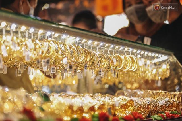 Người Sài Gòn ùn ùn đi mua vàng ngày vía Thần tài, có người mua cả 2 cây vàng lấy may mắn - Ảnh 16.