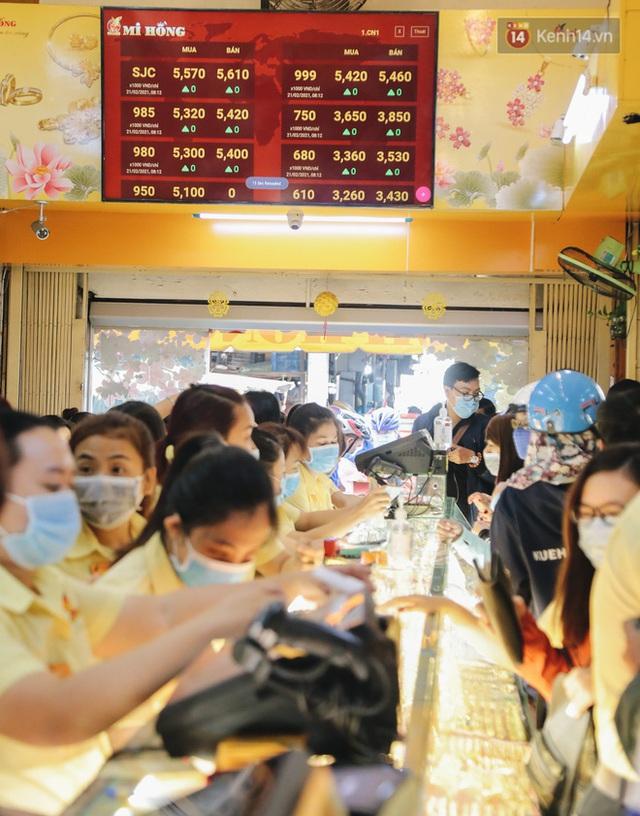Người Sài Gòn ùn ùn đi mua vàng ngày vía Thần tài, có người mua cả 2 cây vàng lấy may mắn - Ảnh 17.