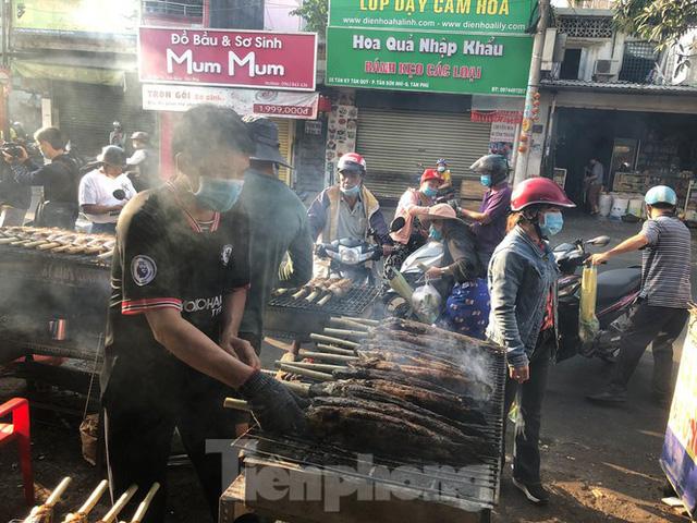 Phố cá lóc nướng ở TPHCM cháy hàng ngày vía Thần tài - Ảnh 3.