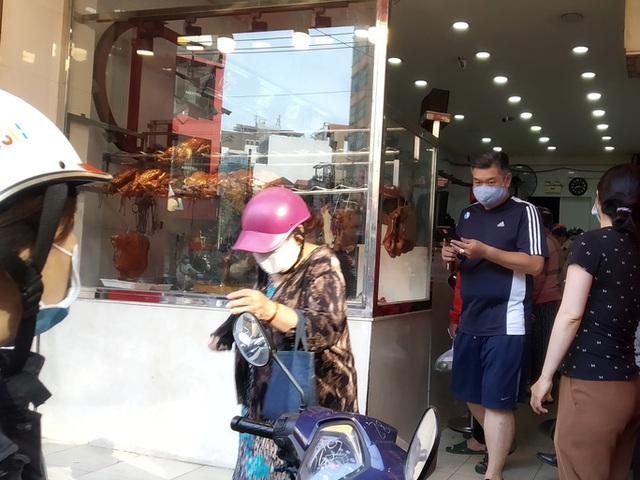 Heo quay 450.000 đồng/kg, khách tranh nhau mua cúng Thần Tài  - Ảnh 3.