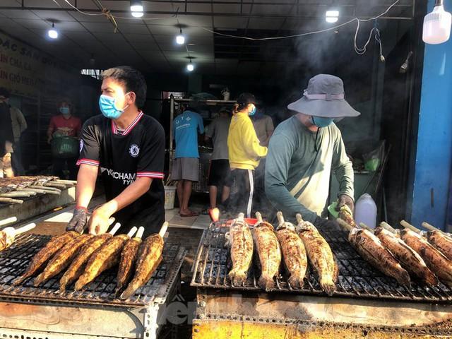 Phố cá lóc nướng ở TPHCM cháy hàng ngày vía Thần tài - Ảnh 4.