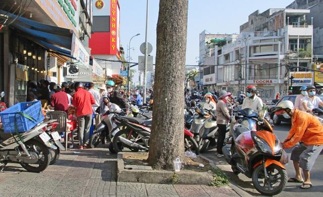 Heo quay 450.000 đồng/kg, khách tranh nhau mua cúng Thần Tài  - Ảnh 4.