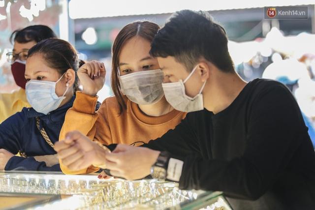 Người Sài Gòn ùn ùn đi mua vàng ngày vía Thần tài, có người mua cả 2 cây vàng lấy may mắn - Ảnh 4.