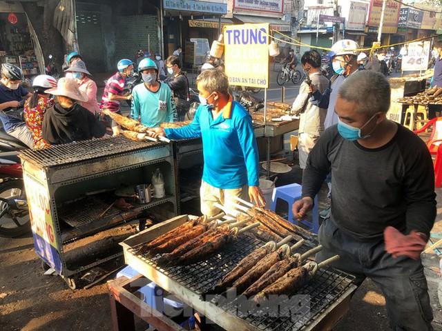 Phố cá lóc nướng ở TPHCM cháy hàng ngày vía Thần tài - Ảnh 5.