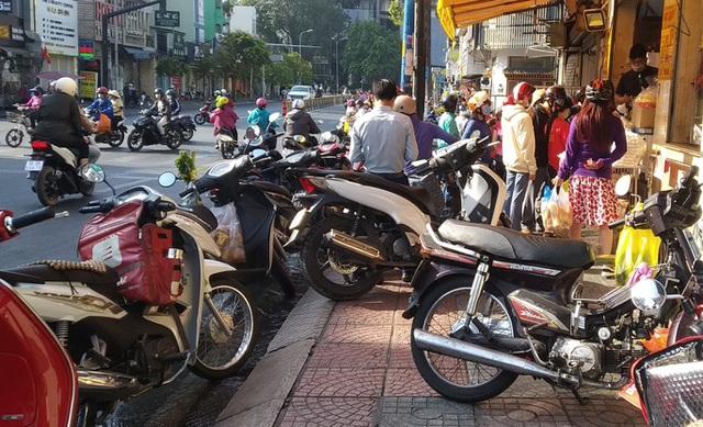 Heo quay 450.000 đồng/kg, khách tranh nhau mua cúng Thần Tài  - Ảnh 5.