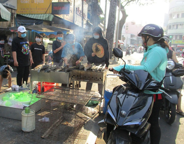 Heo quay 450.000 đồng/kg, khách tranh nhau mua cúng Thần Tài  - Ảnh 6.