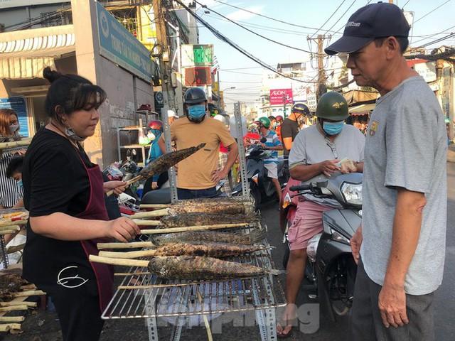 Phố cá lóc nướng ở TPHCM cháy hàng ngày vía Thần tài - Ảnh 7.