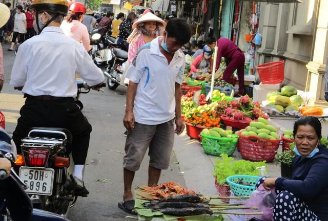 Heo quay 450.000 đồng/kg, khách tranh nhau mua cúng Thần Tài  - Ảnh 7.