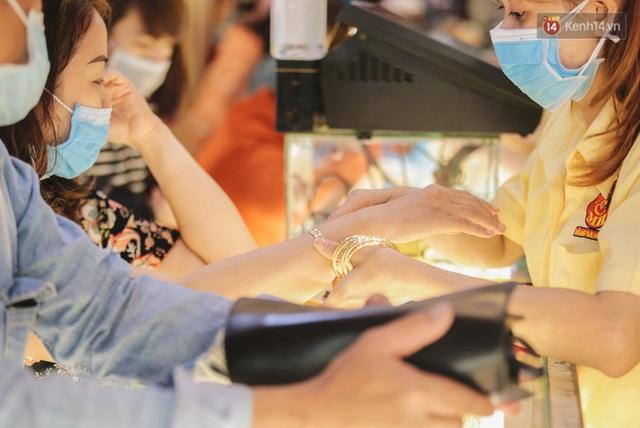 Người Sài Gòn ùn ùn đi mua vàng ngày vía Thần tài, có người mua cả 2 cây vàng lấy may mắn - Ảnh 8.