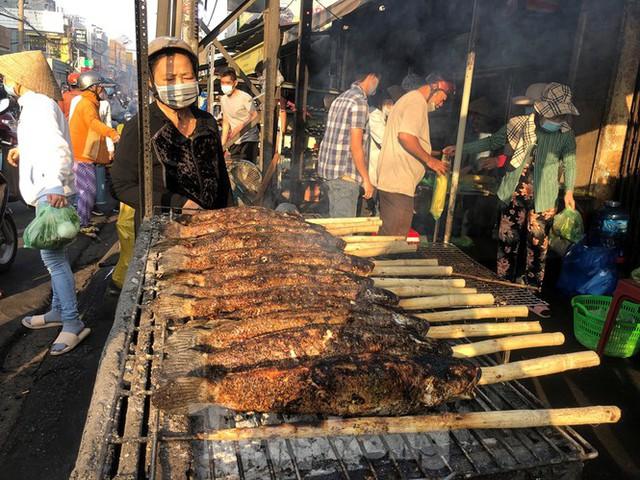 Phố cá lóc nướng ở TPHCM cháy hàng ngày vía Thần tài - Ảnh 9.