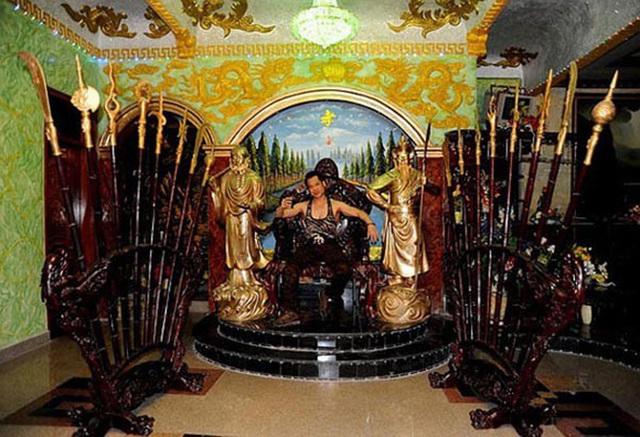 Ông hoàng nhạc sến Ngọc Sơn và cách tiêu tiền lạ kì: Mua bảo hiểm trinh tiết đời trai 1 triệu USD, đầu tư 1000 cây vàng đúc tượng chính mình, thuê vệ sĩ chỉ để bảo vệ xe sang - Ảnh 4.